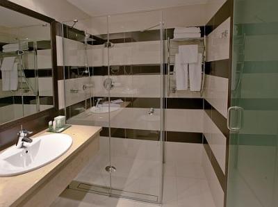 Sala Da Bagno Moderna : Stanza da bagno moderno ed elegante hotel aquaworld resort
