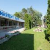 Hotel Napfeny circondato da un parco a Balatonlelle