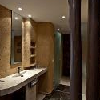 Stanza da bagno in stile africano all'hotel Bambara a Felsotarkany