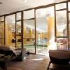 Centro benessere con piscina d'esperienza e area di riposo con sedie a sdraio - Hotel Bambara
