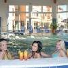 Piscina coperta e jacuzzi nell'Aqua Spa Wellness Hotel Cserkeszolo