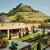 I clienti possono ammirare la vista panoramica della fortezza di Sumeg dalla terrazza dell'Hotel Kapitany
